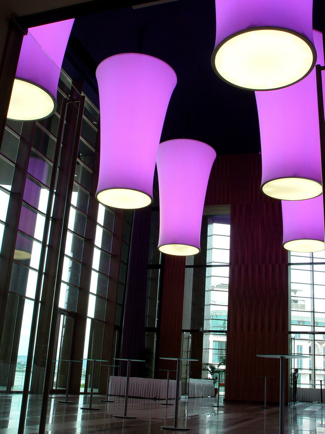 Luminaires equipped with stretched thin foil surface and color-changing technology
