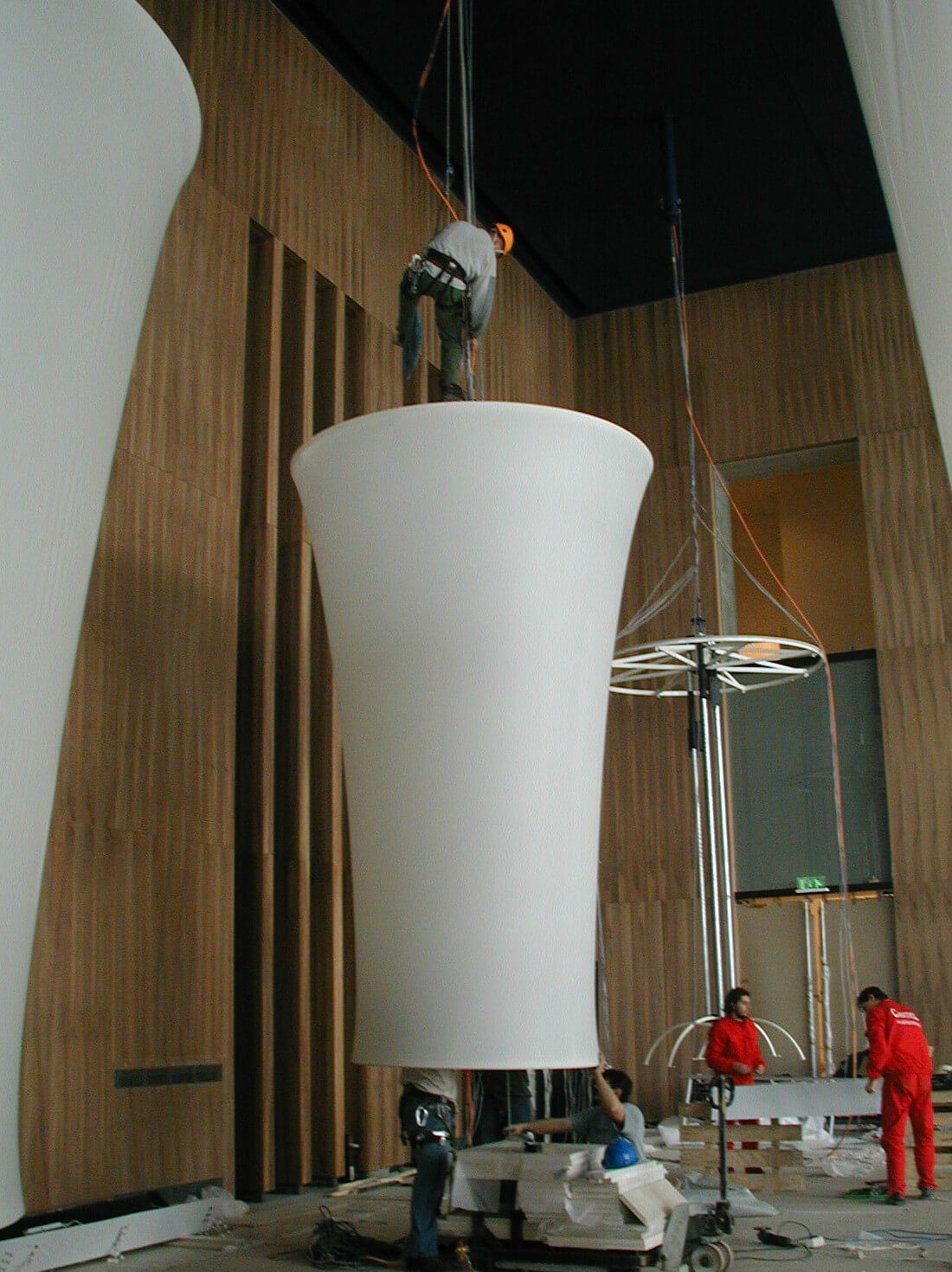 Installation of Ø2,5×4m size chandeliers in Palace of Art