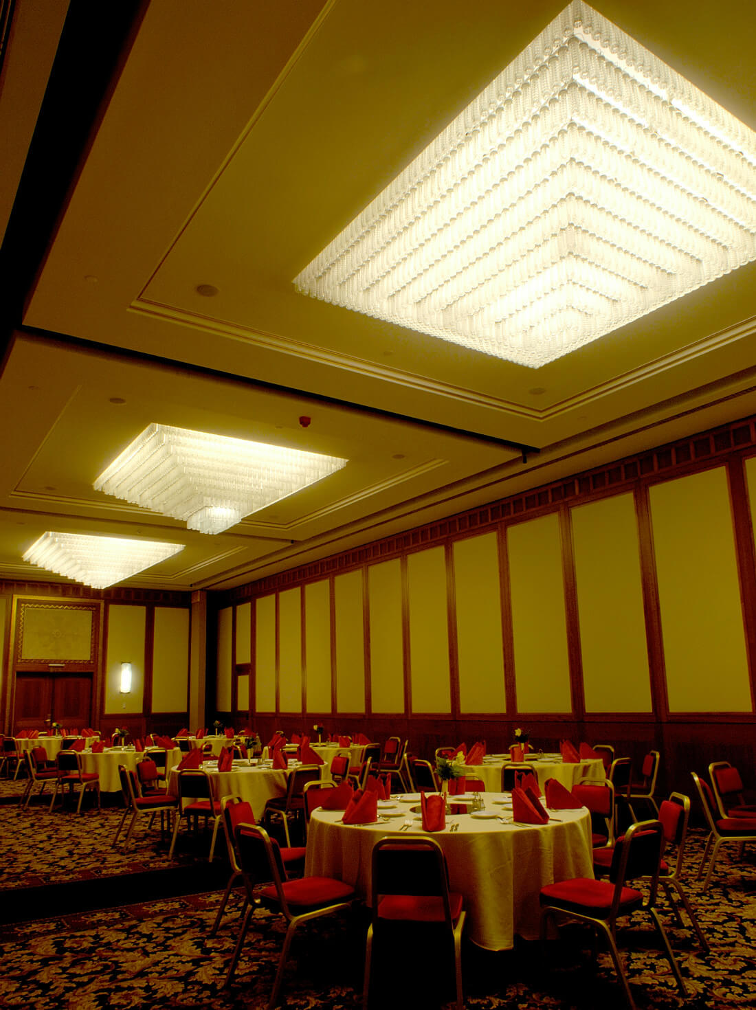 8100 decorative glass pendants lighted by end-light fibre optics in Hotel Hilton